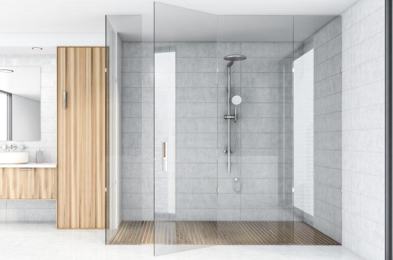 Interior,Of,Spacious,Bathroom,With,White,Tile,Walls,,Concrete,Floor,